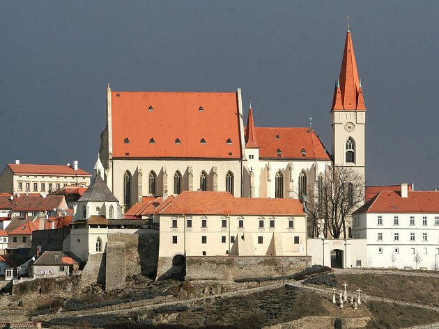 Pohled na Mikulášský kostel ve Znojmě z Kraví hory.