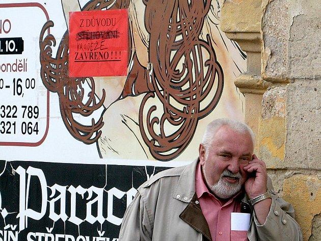 Starosta Jaroslav Mokrý před branou do areálu zámku.