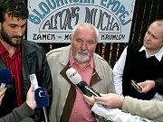 Právník Muchovy rodiny Roman Koucký hovoří k novinářům. Naslouchají starosta Mokrý a hejtman Hašek.