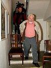 Starosta Mokrý odchází ze sálu, kde galeristé balí plátna.