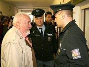 Výměna informací mezi starostou a policisty.