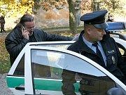 Šéf pražských restaurátorů Ladislav Bufka odjíždí s policisty k podání vysvětlení.