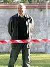 Hejtman Hašek dodržuje zónu, kterou galeristé vymezili novinářům kvůli příjezdu jeřábu. Zbytečně.