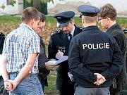 Policisté při krátké poradě.