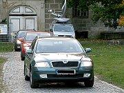 Pracivníci Galerie hlavního města Prahy opouštějí krátce před šestou hodinou zámek.