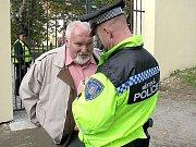 Nové informace předává strážník svému šéfovi.