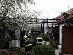 Požár kůlny a části střechy domu. Jiřice u Miroslavi.
