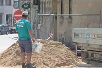 Historická cisterna mizí od pondělí pod zemí. Dělníci ji na popud vedení radnice zasypají a přikryjí dlažbou.