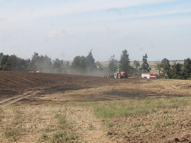 Hned deset jednotek vyrazilo k požáru strniště v Grešlově Mýtě. Ani ne za hodinu měly vše pod kontrolou.