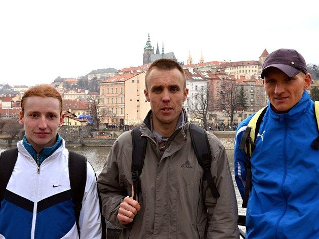 Znojemští běžci (na fotografii zleva Vojtěch Čabala, Josef Michalec a Robert Vala) dobyli minulý víkend Prahu v týmové soutěži Hervis půlmaratonu. Družstvo musí být čtyřčlenné, a tak trojici znojemských borců doplnil brněnský závodník Aleš Borek.