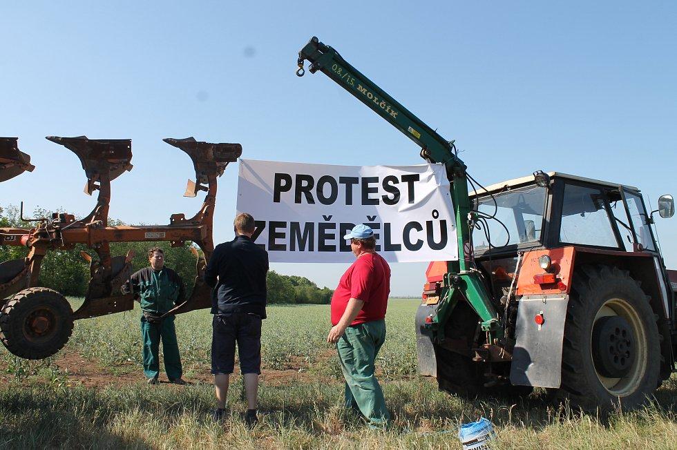 Protesty zemědělců na Znojemsku proběhly klidně. Traktory tam stály mimo hlavní silnice.