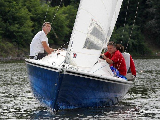 Zatímco v pátek foukal silný vítr a jachtaři měli plné ruce práce, v sobotu, kdy jeli dálkovou plavbu, měli místy problémy se slabým větrem.