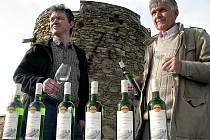 Majitel vinařství František Popp (vpravo) se synem nalévají své víno na Lampelbergu.