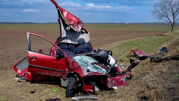 Na silnici číslo třiapadesát nedaleko mackovické křižovatky na Znojemsku zemřel po čelním střetu s kamionem řidič osobního auta.
