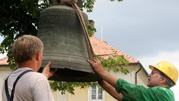 Sundávání poškozených zvonů z věže kostela v Horních Dubňanech.