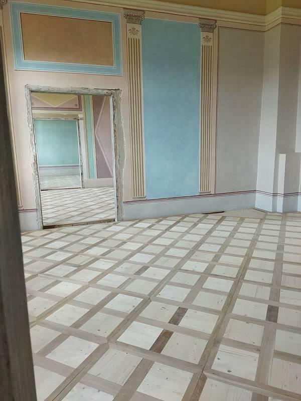 Obnova Státního zámku Uherčice na Znojemsku. Nové podlahy v severním křídle