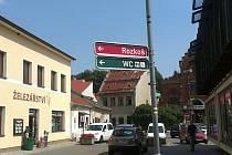 Bořivoj Švéda si všímá kouzla nechtěného na pouličních cedulích. Foto: Bořivoj Švéda
