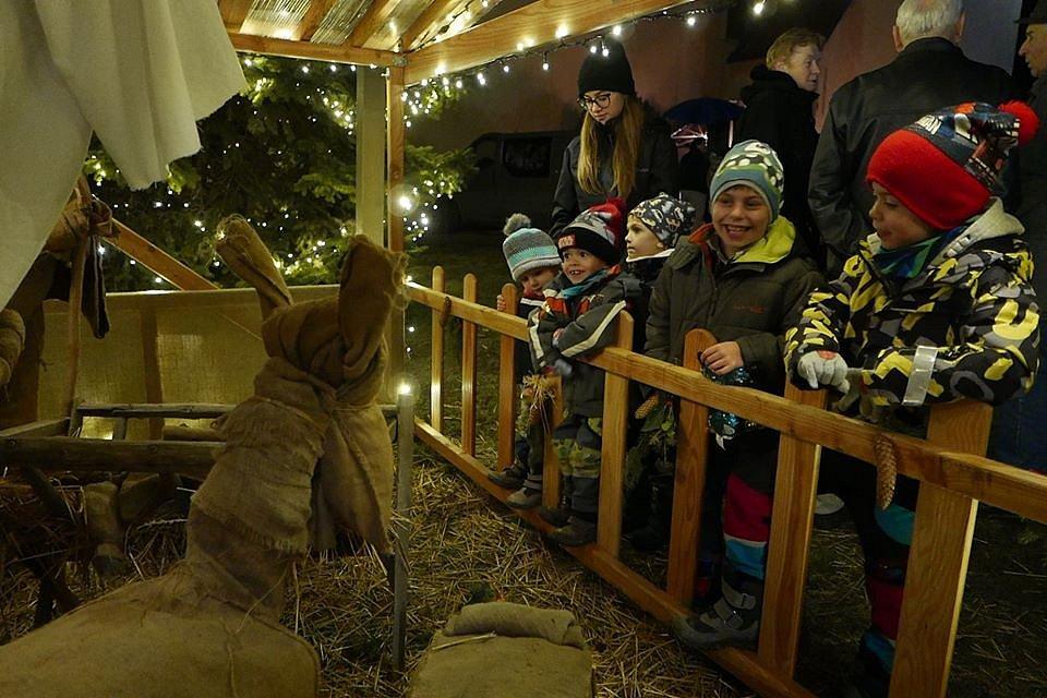 Sousedské Vánoce ve Vrbovci doprovází každý rok zpívání u stromku.