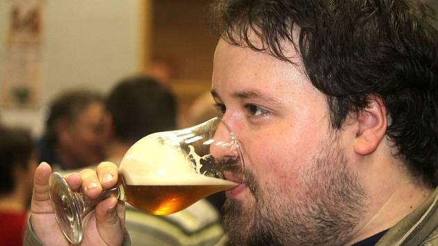 Stovky lidí přišly do hodonického kulturního domu ochutnat piva z malých rodinných pivovarů. Konal se tam Hodonický korbel 2016.