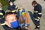 Jaroslavičtí hasiči rozváží roušky.