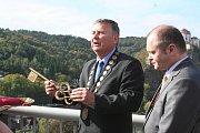 Symbolický klíč u nové Vyhlídky zamilovaných představil starosta městysu.