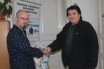 Vítěz podzimní části soutěže Znojemského deníku Rovnost E.ON Tip Liga Milan Šimeček (vpravo) přebírá hlavní cenu, tu mu předává šéfredaktor Vojtěch Smola.