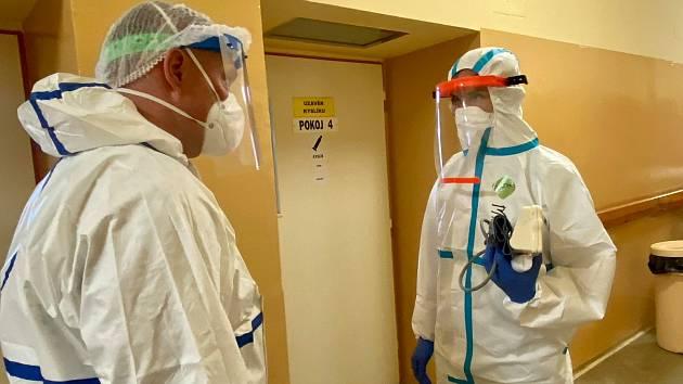 Znojemští lékaři i personál v nemocnici bojují s covidem přímo, ale i s utajeným. Pacienti jim nehlásí kontakt s pozitivními lidmi.