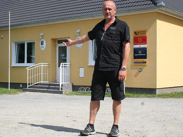 U RADNICE. Zdeněk Koukal je starostou ve svých rodných Oleksovicích už třetí volební období.