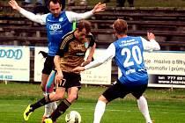 Bod za remízu 0:0 dovezli znojemští fotbalisté (v hnědých dresech) z hřiště Táborska.