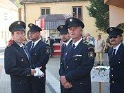 Vranovští dobrovolní hasiči na slavnostním otevření opraveného průtahu.