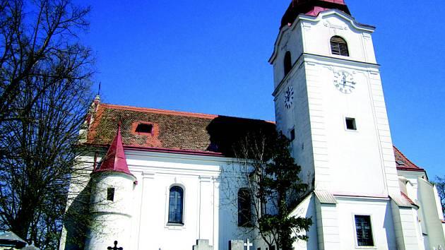 Téměř pohádkově vyhlíží pohled na Trstěnice na cestě ze Skalice. Dominantou patrnou z širokého okolí je malebný kostelík, tyčící se na kopci.