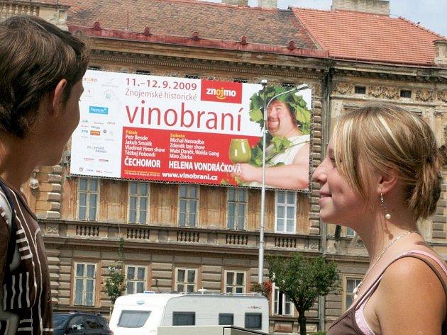 Nepřehlédnutelný billboard láká na letošní vinobraní lidi, projíždějící Mariánským náměstím ve Znojmě.