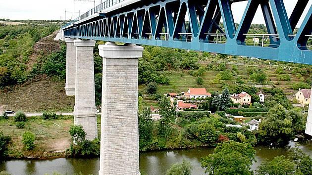 Železniční most je téměř padesát metrů vysoký.