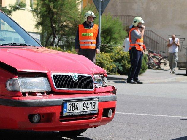 Dvě osobní auta se srazila na křižovatce ulic Znojemská a Nerudova v Hrušovanech nad Jevišovkou v úterý dopoledne.