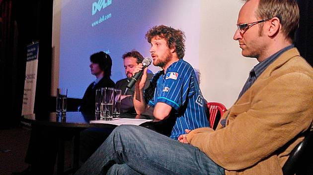 Ve Znojemském kině Svět hovořili také (zprava) zástupce Transparency international Vladan Brož, aktivista Matěj Hollan, abstinující gambler Martin Svoboda a vzadu místopředseda sdružení Pro Znojmo Jakub Krainer.