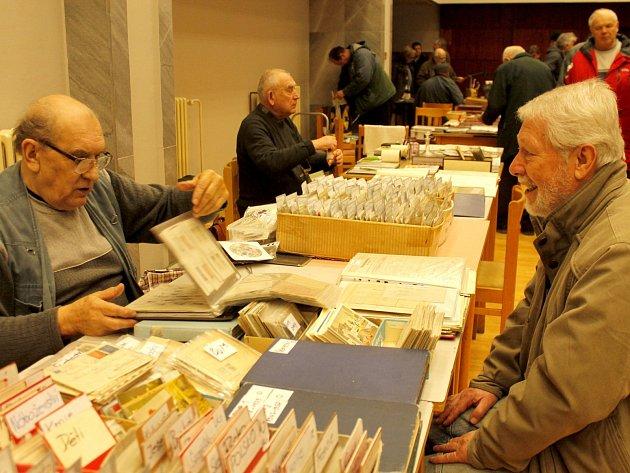 V sále bývalého hotelu Dukla ve Znojmě se o první březnové neděli opět sešli sběratelé všecho druhu. Zájem byl tradičně veliký. Přišly stovky lidí.