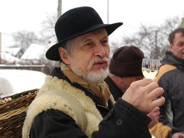 Od sklípku ke sklípku procházelo procesí hotařů, strážců vinic, muzikantů a venkovských strýců a tet oblečených v náležitých kostýmech.