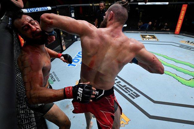 Český MMA zápasník Jiří 'Denisa' Procházka zHostěradic na Znojemsku ukončil zápas sDominickem Reyesem ve druhém kole.