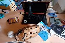 Středoškoláci se učí již třetím měsícem on-line.