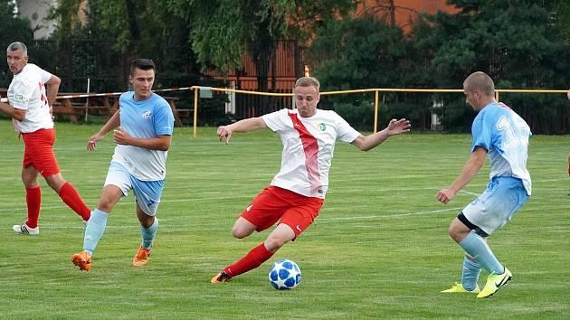Fotbalisté Přímětic (modří) postoupili do finále Okresního poháru To sehrají už v neděli proti celku Višňové.
