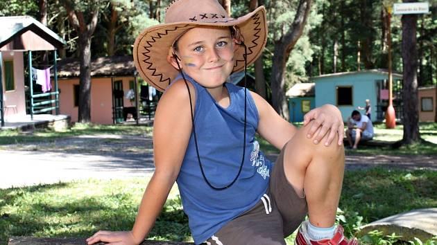 Víc než sto třicet dětí si užívá společné zábavy v letním táboře v Podhradí nad Dyjí – Borovině. Letos je tábor v duchu western.