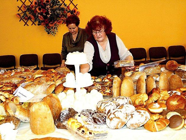 PROHÝBAJÍCÍ SE STOLY. Tasovická pekařská pouť se záplavou čerstvého pečiva přiláká každoročně stovky zvědavých návštěvníků.