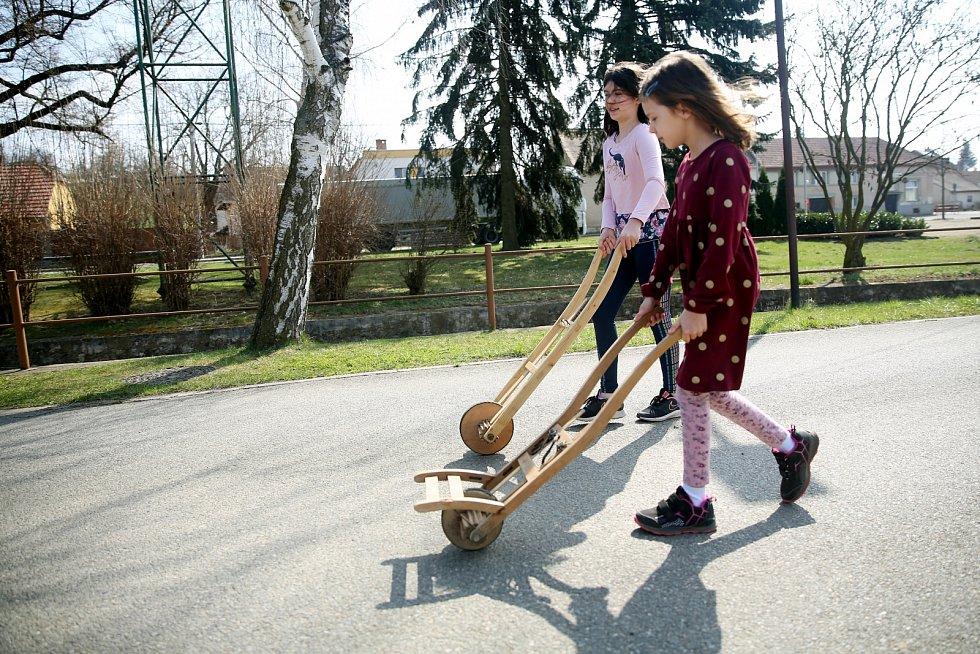 Osamocená hrkací jízda je také pro dívky.