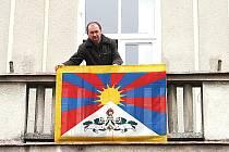 Místostarosta Miroslavi Roman Volf vyvěsil na budově kulturního domu tibetskou vlajku.