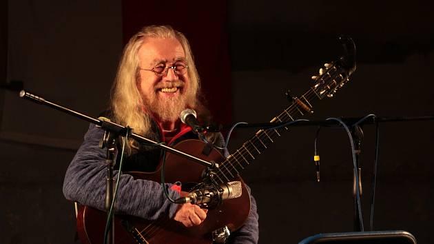 Písničkář Jaroslav Hutka zazpíval a zahrál v jednom z běžně nevyužívaných sálů Louckého kláštera.