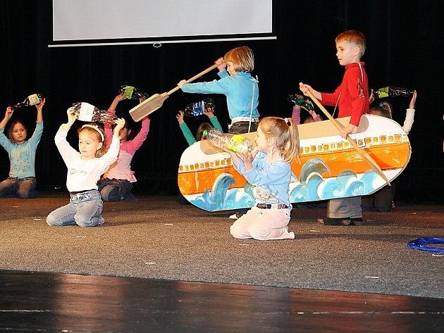 V pátek si v Městském divadle udělaly děti a jejich učitelky generální zkoušku na oblastní kolo nesoutěžní přehlídky vystoupení dětí z mateřských škol Mateřinka 2009.