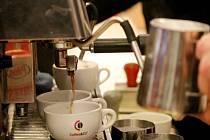 Den kávy uspořádala střední odborná škola na Přímětické ulici ve Znojmě k Mezinárodnímu dni kávy. Káva se pražila, připravovala, voněla a chutnala, ale také se používala pro masáže těla, obličejové masky či kávový peeling.