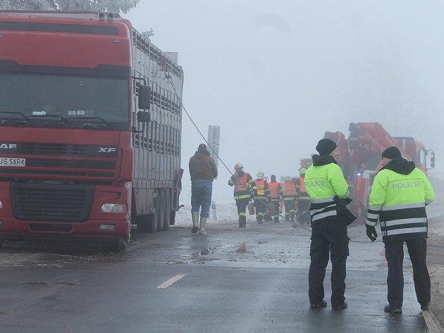 Trable kamionu u Milíčovic vyřadily načas v místě provoz v obou směrech.