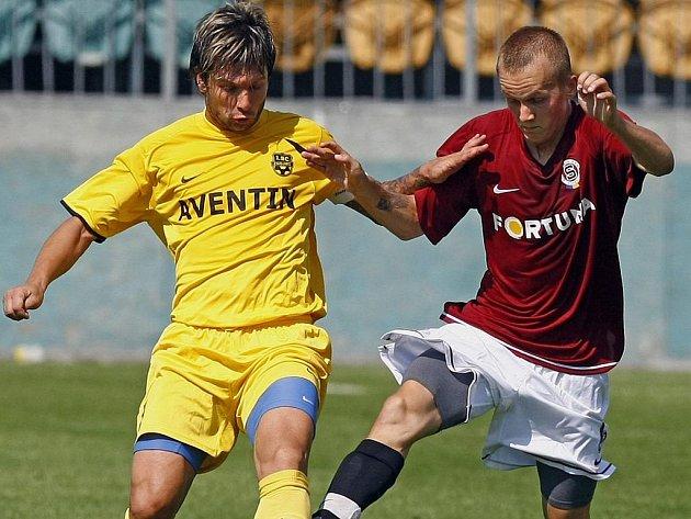 Fotbalisté Znojma (vlevo) na Letné prohráli.