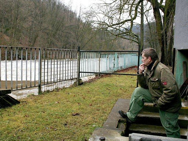 Majitel hotelu Zátiší v Podhradí nad Dyjí Milan Preis s obavami sleduje stoupající hladinu řeky Dyje za hotelem.